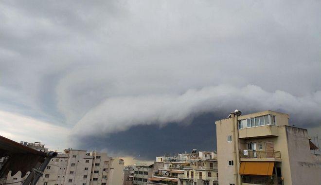 Καιρός: Αυτά είναι τα καταιγιδοφόρα σύννεφα που σκέπασαν την Αθήνα