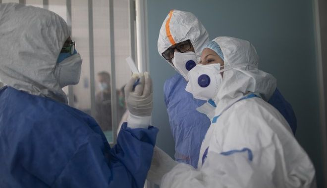 Γιατροί που κοιτούν ένα τεστ για τον κορονοϊό