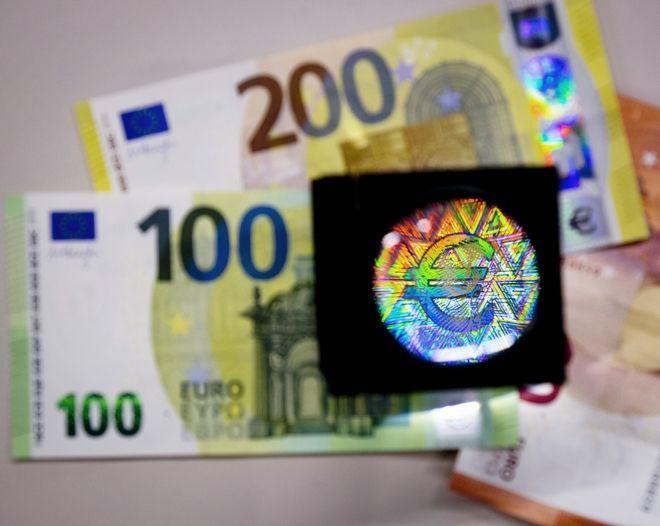 Τα νέα τραπεζογραμμάτια διαφέρουν σε μέγεθος από τα τραπεζογραμμάτια των 100 και 200 ευρώ της πρώτης σειράς