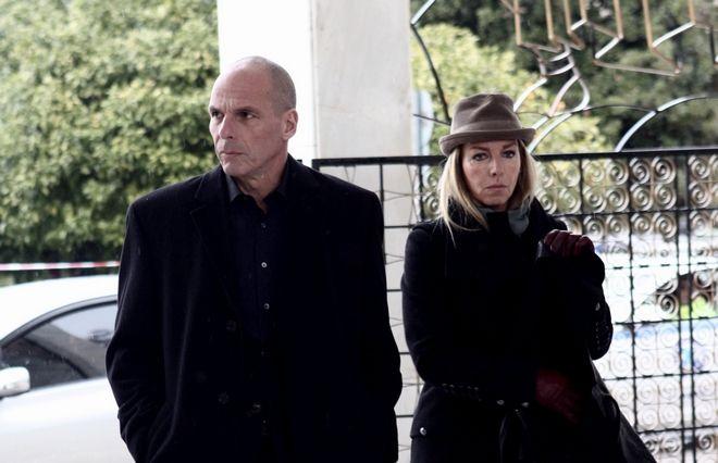 Ο Γιάνης Βαρουφάκης και η Δανάη Στράτου στην κηδεία του Θάνου Μικρούτσικου