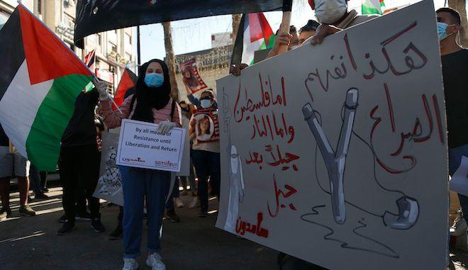 Παλαιστίνιοι διαδηλώνουν ενάντια στα ισραηλινά σχέδια για προσάρτηση τμημάτων της Δυτικής Όχθης, στην πόλη Ραμάλα της Δυτικής Όχθης, 1 Ιουλίου 2020.