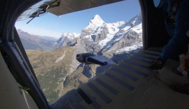 Τρομερό βίντεο: Πήδηξαν μέσα σε αεροπλάνο την ώρα που αυτό πετούσε