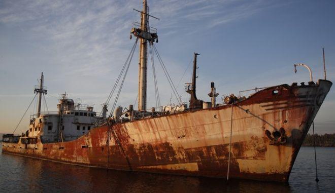 Πλοίο που έχει εγκαταλειφθεί στην Ελευσίνα