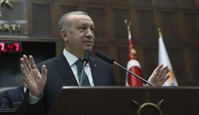 Ο πρόεδρος της Τουρκίας, Ρετζέπ Ταγίπ Ερντογάν στην κοινοβουλευτική ομάδα του κόμματός του