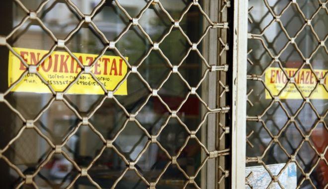 Ενοικιαστήριο στην βιτρίνα κλειστού εμπορικού καταστήματος στην Αθήνα την Τετάρτη 15 Ιανουαρίου 2014.  (EUROKINISSI/ΓΙΩΡΓΟΣ ΚΟΝΤΑΡΙΝΗΣ)