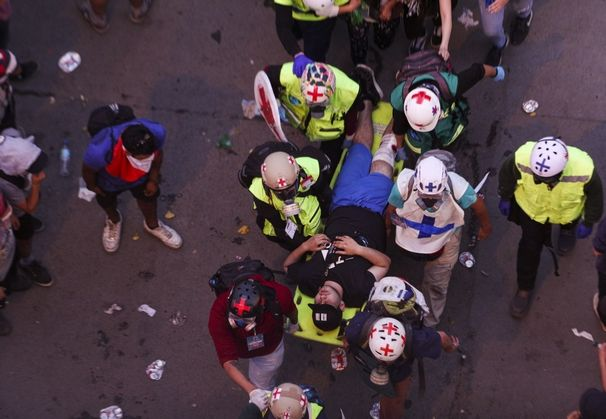 Στελέχη Της Άμεσης Βοήθειας Μεταφέρουν Τραυματισμένο Των Διαδηλώσεων