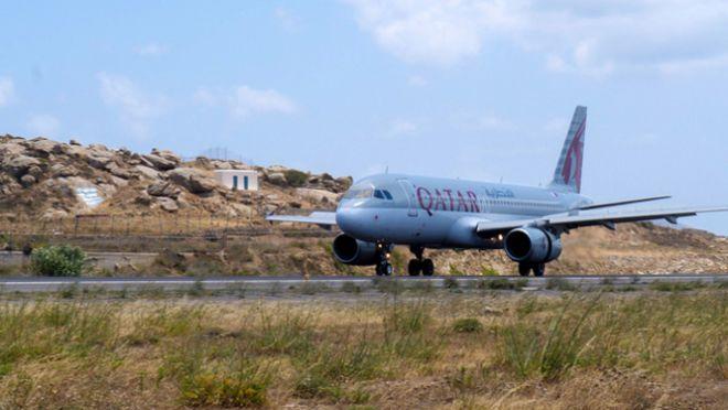 H Qatar Airways προσγειώνεται για πρώτη φορά στο αεροδρόμιο της Μυκόνου