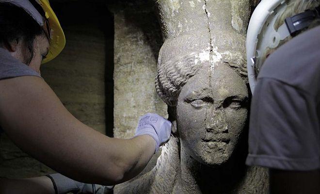 Φωτό αρχείου: Το πρόσωπο της δυτικής Καρυάτιδας που σώζεται σχεδόν ακέραιο η μία από τις δύο εξαιρετικής τέχνης καρυάτιδες, από θασίτικο μάρμαρο συμφυείς με πεσσό, διατομής 0,20Χ0,60 μ. αποκαλύφθηκαν με την αφαίρεση των αμμωδών χωμάτων, στο χώρο μπροστά από τον δεύτερο διαφραγματικό τοίχο, κάτω από το μαρμάρινο επιστύλιο, ανάμεσα στις, επίσης, μαρμάρινες παραστάδες, κατά τις ανασκαφικές εργασίες που συνεχίζονται στον λόφο «Καστά», στην Αμφίπολη