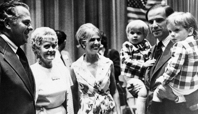 O Τζο Μπάιντεν με τους δύο γιους και την γυναίκα του(1972), η οποία σκοτώθηκε σε τροχαίο μαζί με την κόρη τους, τον Δεκέμβριο του 1972