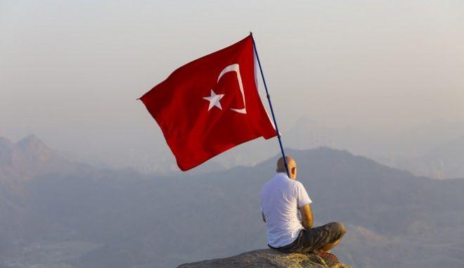 Σάλος στη Τουρκία: Νόμος 'αθωώνει' βιαστές ανηλίκων αν παντρευτούν τα θύματά τους