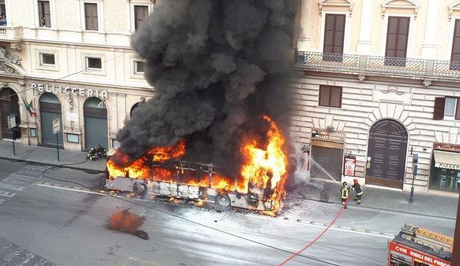 Στις φλόγες τυλίχθηκε λεωφορείο στο κέντρο της Ρώμης