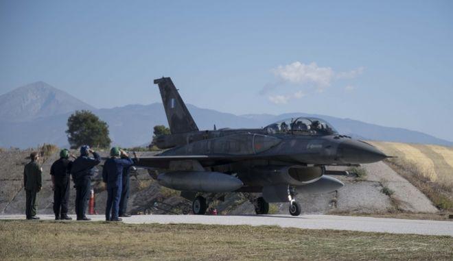Ο Αλέξης Τσίπρας μέσα στο κόκπιτ του F-16 tsipras pilotos 9