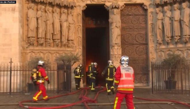 Παναγία Παρισίων: Η στιγμή που οι πυροσβέστες μπαίνουν στον φλεγόμενο ναό και επιχειρούν για τη διάσωσή του