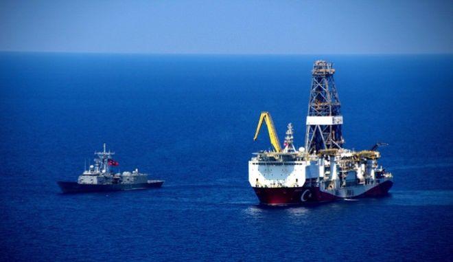 Τα τουρκικά γεωτρύπανα κατευθύνονται με την συνοδεία πολεμικών σκαφών στην κυπριακή ΑΟΖ
