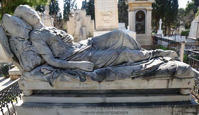 """Η """"Κοιμωμένη"""" του Γιαννούλη Χαλεπά που σκεπάζει τον τάφο της Σοφίας Αφεντάκη, στο Α' Νεκροταφείο Αθηνών"""