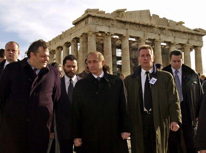 ÁÈÇÍÁ - ÅÐÉÓÊÅØÇ ÔÏÕ ÑÙÓÏÕ ÐÑÏÅÄÑÏÕ ÂËÁÍÔÉÌÉÑ ÐÏÕÔÉÍ ÓÔÇÍ ÁÊÑÏÐÏËÇ/ ÓÔÇÍ ÖÙÔÏ ÁÐÏ ÁÑÉÓÔÅÑÁ Ï ÅËËÇÍÁÓ ÕÐÏÕÑÃÏÓ ÐÏËÉÔÉÓÌÏÕ ÅÕÁÃÃÅËÏÓ ÂÅÍÉÆÅËÏÓ ÊÁÉ Ï ÑÙÓÏÓ ÐÑÏÅÄÑÏÓ ÂËÁÍÔÉÌÉÑ ÐÏÕÔÉÍ. ÊÅÍÔÑÏ  .  (AP Photo/Aris Messinis, Pool)   Greek Culture Minister Evangelos Venizelos, left,  and Russian President Vladimir Putin, center, walk past the Parthenon on the ancient Acropolis in Athens on Friday, Dec. 7, 2001, accompanied by security guards. Putin is in Greece on a three-day visit. (AP Photo/Aris Messinis, Pool)