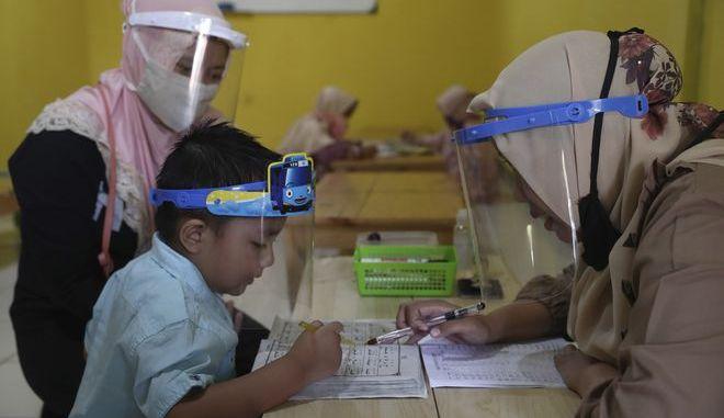 Σχολείο στην Τζακάρτα της Ινδονησίας σε καιρό κορονοϊού