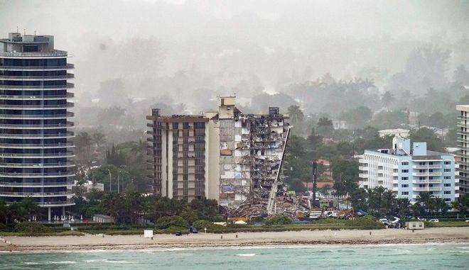 Τα συντρίμμια του 12ώροφου κτιρίου που κατέρρευσε στο Μαϊάμι