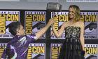 Η Νάταλι Πόρτμαν παραλαμβάνει το σφυρί του Thor από τον σκηνοθέτη Τάικα Γουατίτι