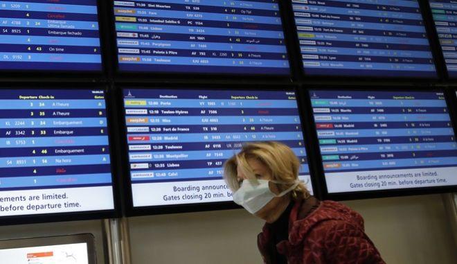 Αεροδρόμιο Ορλί, Παρίσι. Μια γυναίκα με μάσκα