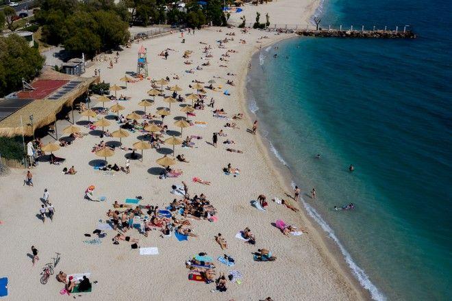 Άρση μέτρων: Γεμάτες και την Κυριακή οι παραλίες