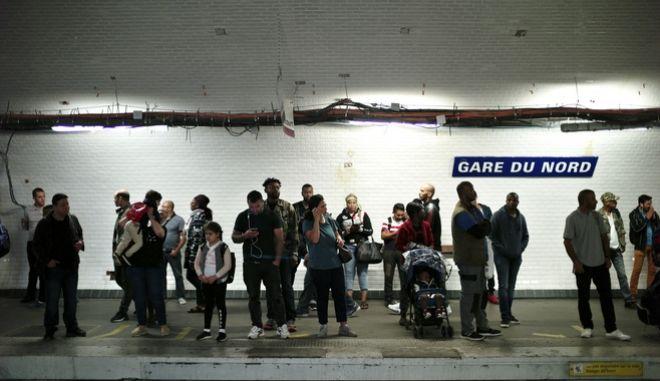 Επιβάτες περιμένουν σε σταθμό του μετρό.
