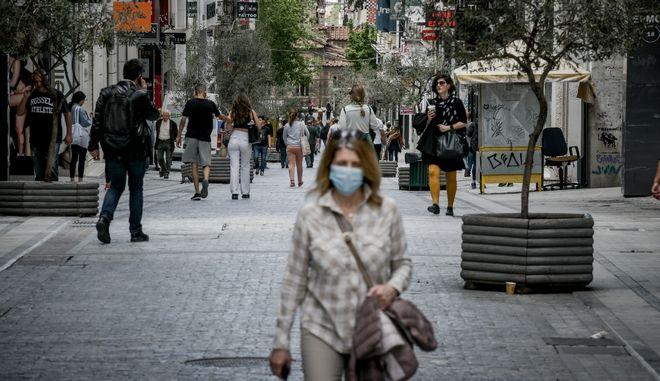 Πολίτες με μάσκα στην Ερμού