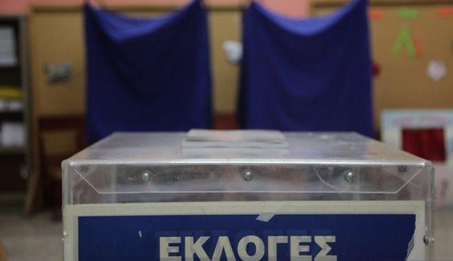 Άνοιγμα κάλπης σε εκλογικό τμήμα της Αθήνας την Κυριακή 20 Σεπτεμβρίου 2015. (EUROKINISSI/ΓΙΑΝΝΗΣ ΠΑΝΑΓΟΠΟΥΛΟΣ)