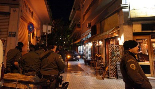 Έρευνες της Αντιτρομοκρατικής σε διαμέρισμα στα Εξάρχεια σε πολυκατοικία που βρίσκεται επί της οδού Σκυλίτση 4, την Τρίτη 12 Μαρτίου 2013. Στο διαμέρισμα αυτό που βρίσκεται κοντά στη συμβολή με τη λεωφόρο Αλεξάνδρας, οι αξιωματικοί της Αντιτρομοκρατικής έφτασαν μετά από έρευνες που πραγματοποίησαν νωρίτερα σε σπίτι στον Πειραιά, αλλά και σε αυτοκίνητο.   (EUROKINISSI/ΓΕΩΡΓΙΑ ΠΑΝΑΓΟΠΟΥΛΟΥ)