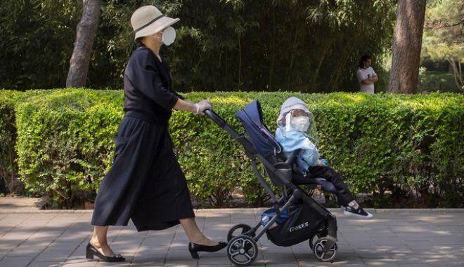 Μητέρα και παιδί με μάσκες