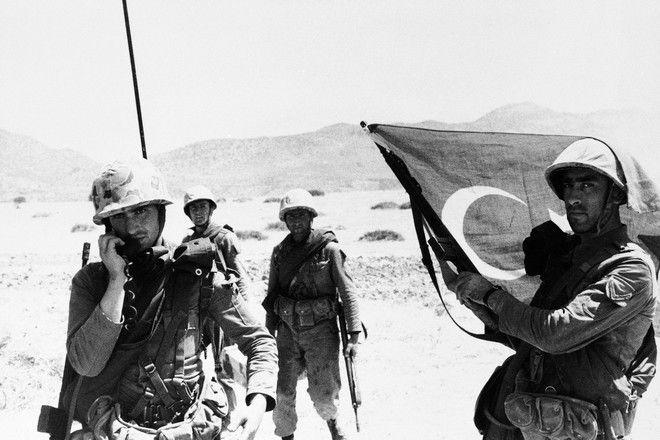 Τούρκοι αλεξιπτωτιστές τοποθετούν τη σημαία τους στα εδάφη της Κύπρου μετά την προσγείωσή τους