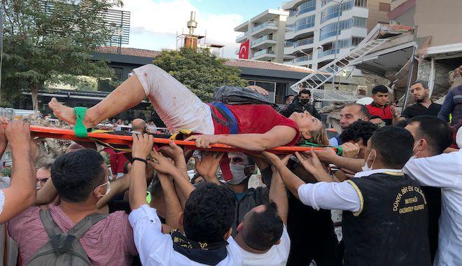 Σωστικά συνεργεία μεταφέρουν τραυματισμένο άνθρωπο που διασώθηκε, Σμύρνη 30 Οκτωβρίου 2020.