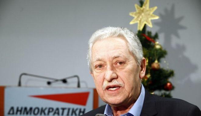 Ο πρόεδρος της ΔΗΜΑΡ, Φώτης Κουβέλης, κάνει δηλώσεις στα ΜΜΕ μετά από τα Χριστουγεννιάτικα κάλαντα ου του έψαλε ο Όμιλος Βρακοφόρων Κρήτης την Τρίτη 24 Δεκεμβρίου 2013. (EUROKINISSI/ΓΙΩΡΓΟΣ ΚΟΝΤΑΡΙΝΗΣ)