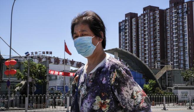 Ανησυχία για δεύτερο κύμα κορονοϊού στην Κίνα (AP Photo/Andy Wong)