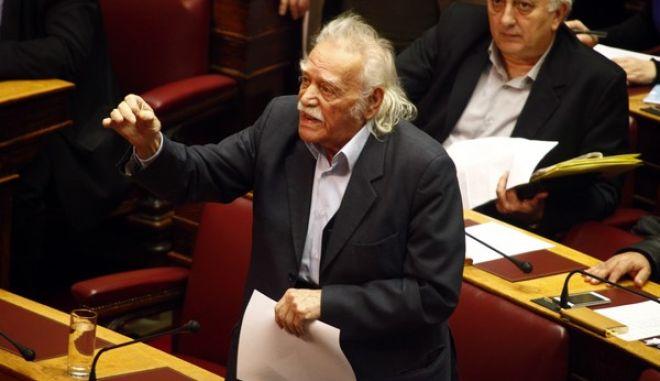 Ο Μαν. Γλέζος στην συζήτηση για την άρση ασυλίας των βουλευτών Αργύρη Ντινόπουλου και ιλτ. Βαρβιτσιώτη της ΝΔ και Βασ. Καπερνάρου των ΑΝΕΛ στην Ολομέλεια της Βουλής την Τετάρτη 22 Ιανουαρίου 2014. (EUROKINISSI/ΓΙΩΡΓΟΣ ΚΟΝΤΑΡΙΝΗΣ)