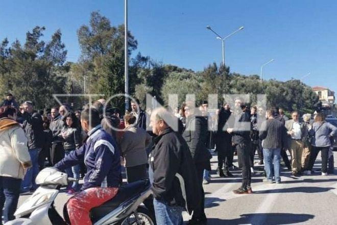 Λέσβος: Μπλόκο κατοίκων για να μην αποβιβαστούν πρόσφυγες - Προπηλακισμοί και βρισιές