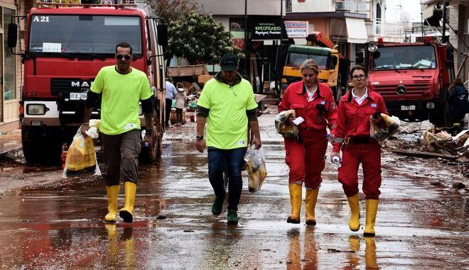 Οι κάτοικοι της Μάνδρας με την αρωγή της πυροσβεστικής και των αρμόδιων φορέων,συνεχίζουν τις προσπάθειες για να περισώσουν ότι μπορούν από τις περιουσίες τους που χάθηκαν μέσα σε δυο ώρες στην λάσπη από την καταστροφική πλημμύρα της Τετάρτης,Σάββατο 18 Νοεμβρίου 2017 (EUROKINISSI/Τατιάνα Μπόλαρη)