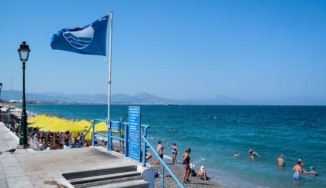 Γαλάζια σημαία στην παραλία του Λουτρακίου
