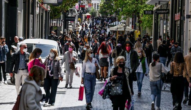 Στιγμιότυπα από την αγοραστική κίνηση στην οδό Ερμού στο κέντρο της Αθήνας.