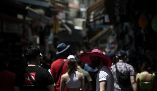 Κόσμος εν μέσω πανδημίας στην Αθήνα