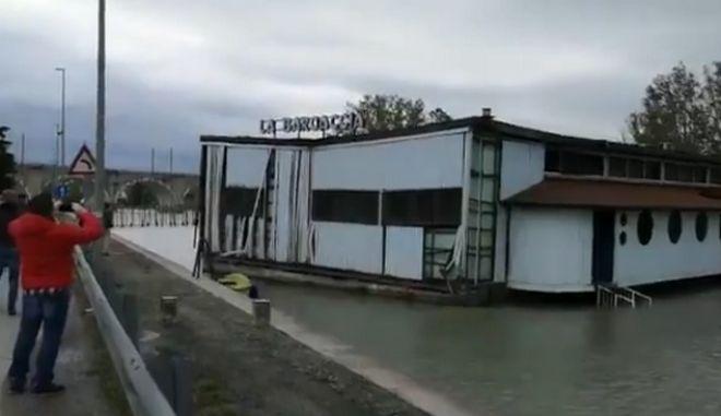 Σφοδρή κακοκαιρία στη βόρεια Ιταλία: Ισχυροί άνεμοι παρέσυραν πλωτό εστιατόριο