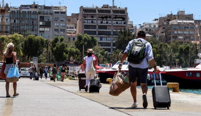 Κόσμος στο λιμάνι του Πειραιά
