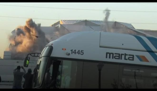Τζάμπα η αναμονή: Λεωφορείο κάνει 'χαλάστρα' σε φωτογράφο