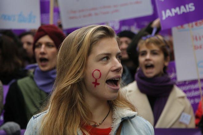 Νεαρή υψώνει τη φωνή της σε διαδήλωση κατά της βίας εναντίον των γυναικών στο Παρίσι