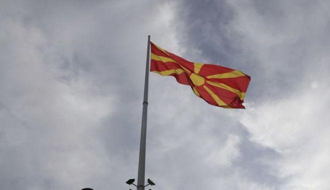 Σημαία της Βόρειας Μακεδονίας σε πλατεία στα Σκόπια
