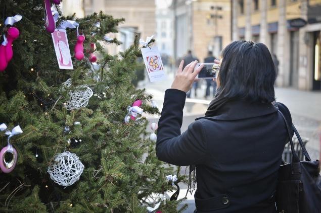 Ένα Χριστουγεννιάτικο δένδρο γεμάτο δονητές