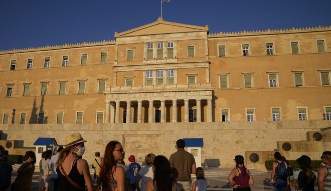 Τουρίστες μπροστά από το ελληνικό κοινοβούλιο