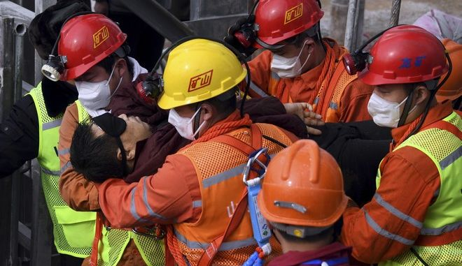 Διασώστες βοηθούν τραυματίες μετά από έκρηξη σε πόλη της Κίνας (φωτογραφία αρχείου)