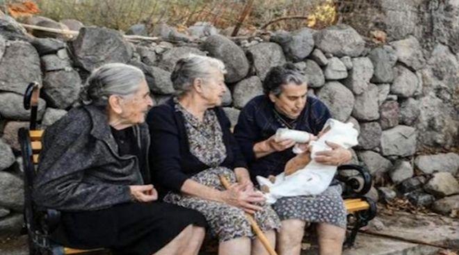 Οι τρεις γιαγιάδες κάτω από τον γεροπλάτανο