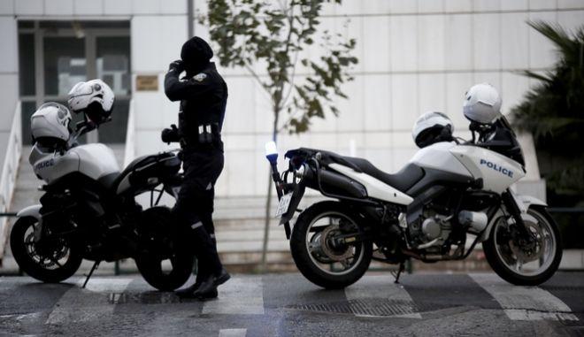 Ισχυρός εκρηκτικός μηχανισμός εξεράγει τα ξημερώματα στο Εφετείο Αθηνών και  προκάλεσε εκτεταμένες καταστροφές στην πρόσοψη του κτήριου. Υπήρξε προειδοποιητικό τηλεφώνημα σε  δυο μέσα ενημέρωσης,Παρασκευή 22 Δεκεμβρίου 2017 (ΕUROKINISSI/ΣΤΕΛΙΟΣ ΜΙΣΙΝΑΣ)